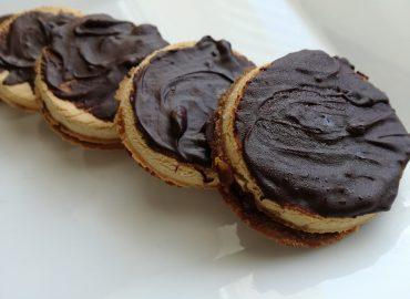 Ciasteczka Kokosowe z Kremem Daktylowym
