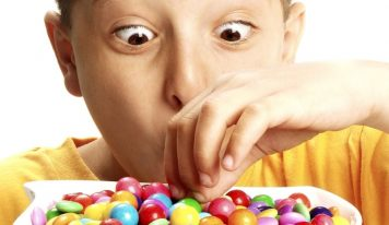 Dlaczego nie warto pocieszać i nagradzać dzieci słodyczami?
